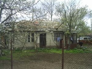 Small country house with garage and land 40 km from the sea