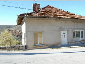 Solid country house with plot of land located in a village
