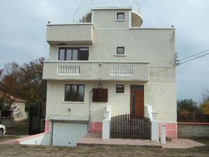 Renovated villa with garage situated near the Black sea