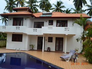5 bedroom villa with pool close to beach