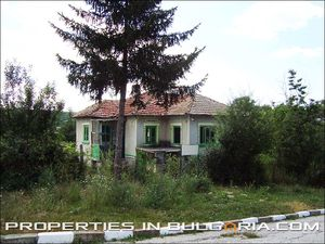 Small rural house with nice garden at 40 km distance to the