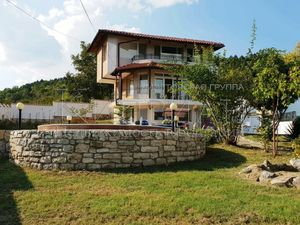 Three storey house with a swimming pool 4 km from the sea