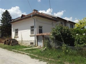 Spacious, semi-furnished country house with nice location