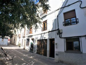 Large renavated townhouse in lanajron ideal guesthouse