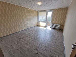 For sale 2 rooms flat in renovated building. Central heating