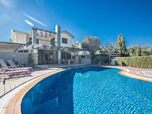 Gorgeous 3 Bedroom Villa with Seaviews