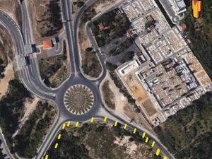 property is located directly on the A5. Location: Estoril