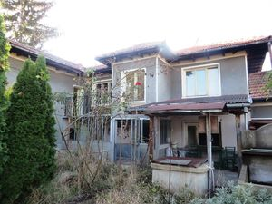 A spacious house in good overall condition, nicely located i