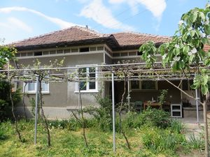 A partly renovated 2/3/ bedrooms house with 600 sq m land...
