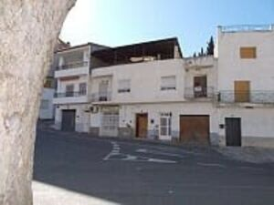 Town house for sale with a garden. FSRN50