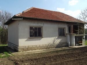 Solid country house with land and barn 2 km away from lake