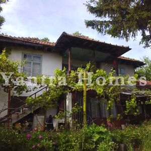 House with a large garden in the village of Mladen